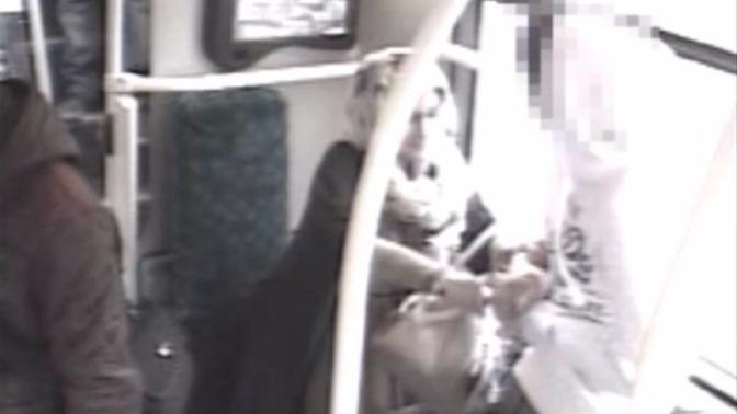 O femeie a infipt cutitul intr-un adolescent de 15 ani intr-un autobuz din Londra